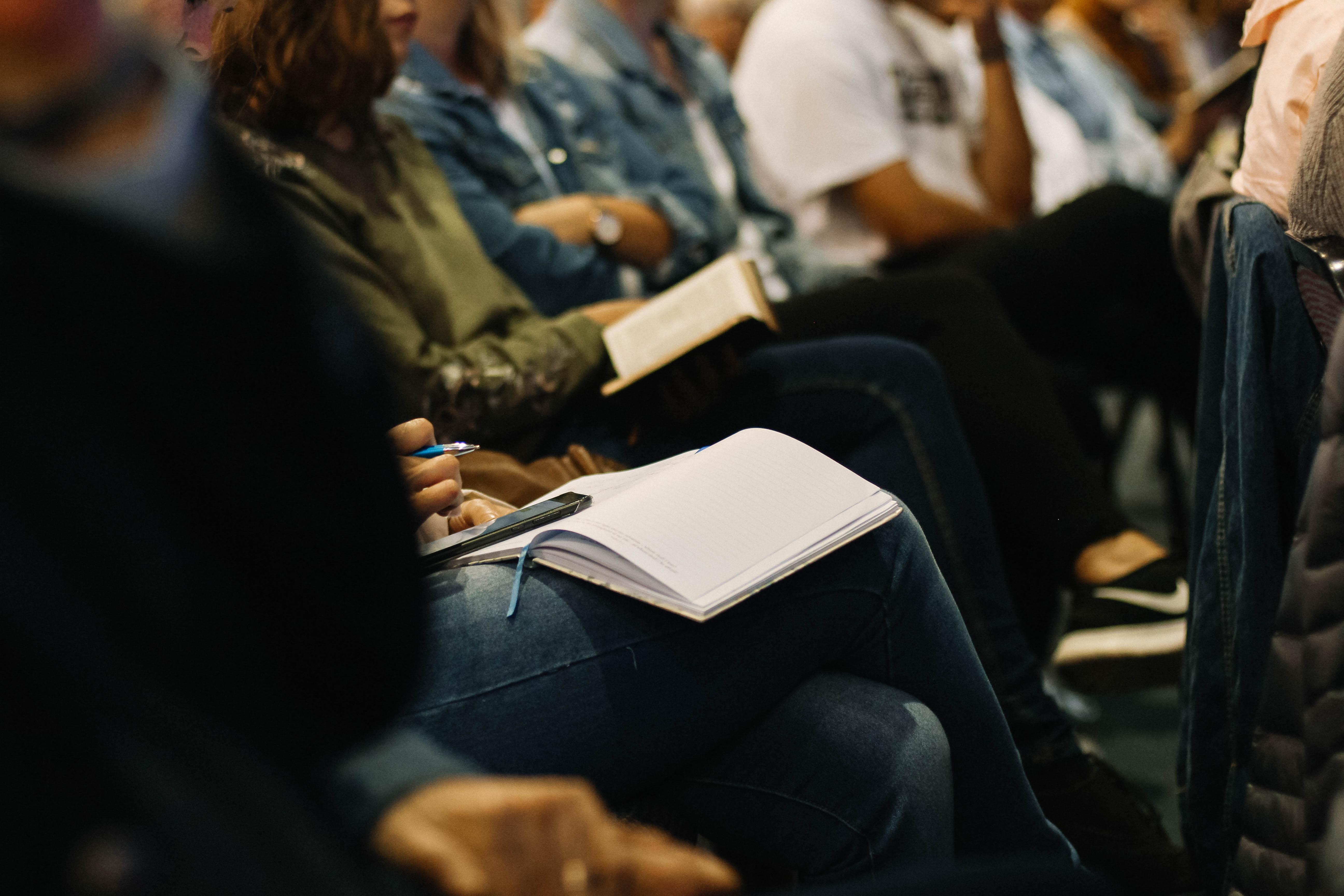 vrouw lezen kerk